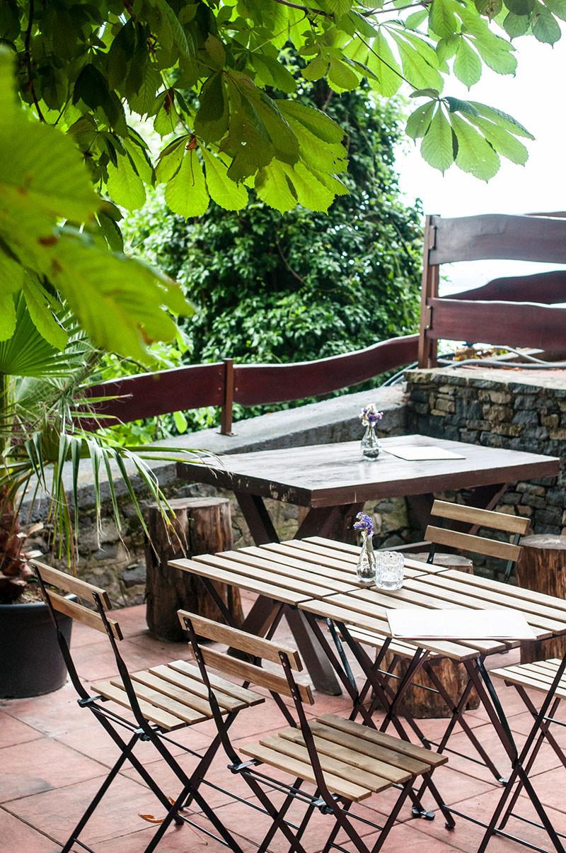 Badacsony Kisfaludy Haz terasz kenyelem A Badacsony legmagasabb pontján fekvő Kisfaludy-Ház Étterem büszkélkedhet nemrég megnyílt Borteraszával, és a páratlan balatoni kilátással!