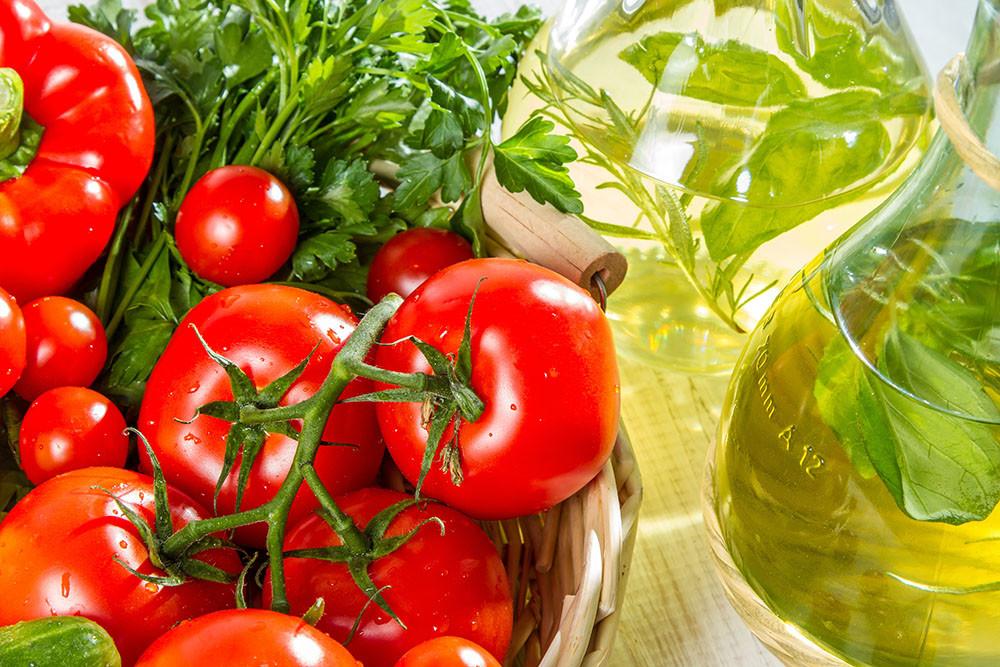 """elelmiszer taplalek Valódi táplálékot fogyasztani jó szokás! Sokan úgy gondolják, hogy a multivitaminokon keresztül szerzett szükséges tápanyagok ugyan olyan jók, mint azok, amelyek az igazi ételekből származnak. Pedig sokkal jobb természetes ételekből szerezni a vitaminokat és ásványi anyagokat. Különben az """"csak"""" élelmiSZER..."""