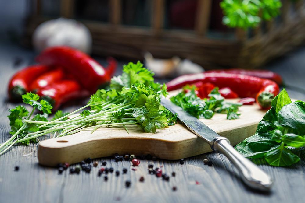 """elelmiszer vagy taplalek Valódi táplálékot fogyasztani jó szokás! Sokan úgy gondolják, hogy a multivitaminokon keresztül szerzett szükséges tápanyagok ugyan olyan jók, mint azok, amelyek az igazi ételekből származnak. Pedig sokkal jobb természetes ételekből szerezni a vitaminokat és ásványi anyagokat. Különben az """"csak"""" élelmiSZER..."""