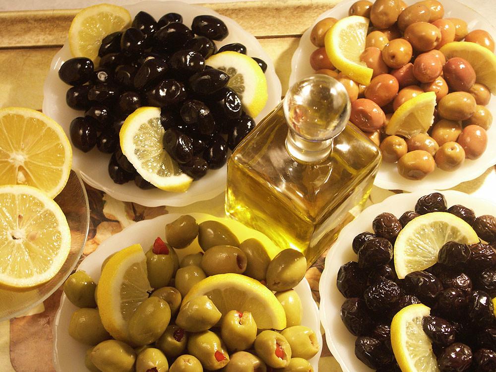 """elelmiszer versus taplalek Valódi táplálékot fogyasztani jó szokás! Sokan úgy gondolják, hogy a multivitaminokon keresztül szerzett szükséges tápanyagok ugyan olyan jók, mint azok, amelyek az igazi ételekből származnak. Pedig sokkal jobb természetes ételekből szerezni a vitaminokat és ásványi anyagokat. Különben az """"csak"""" élelmiSZER..."""