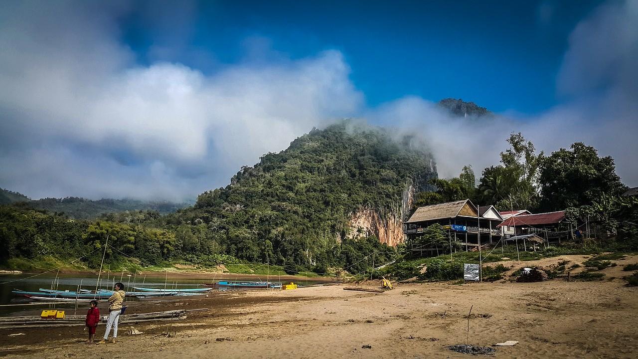 laosz szegenyseg A Laosz kávé fő kávétermelő területe a Bolaven- fennsíkon található, ahol vulkanikus vörös talaj a jellemző, ami ideális a kávécserjék műveléséhez. Laoszon Arabica, Robusta, és Liberica kávéfajtákat egyaránt termesztenek.