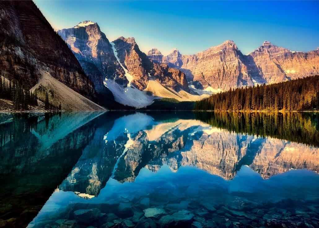 kanada moraine lake Utazni jó, és ahogy közeledik a jó idő, talán még jobb is. Utazás rovatunkban ezúttal Kanada a bemutatandó úticél, ahogy (talán) még nem ismered, és lehet, hogy kedvet kapsz ahhoz ezzel a rendhagyó bemutatóval, hogy idén ide látogass.