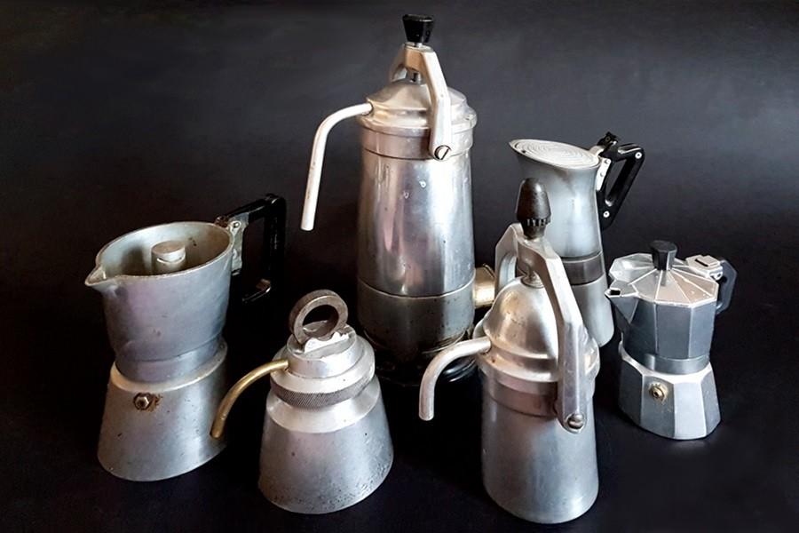 Retro kavefozok 1 Retro kávéfőzők a spájzban a kicsurgós kivitelűek mellett kiöntős változatban is szép számban lelhetők. Olvasd el a folytatást!