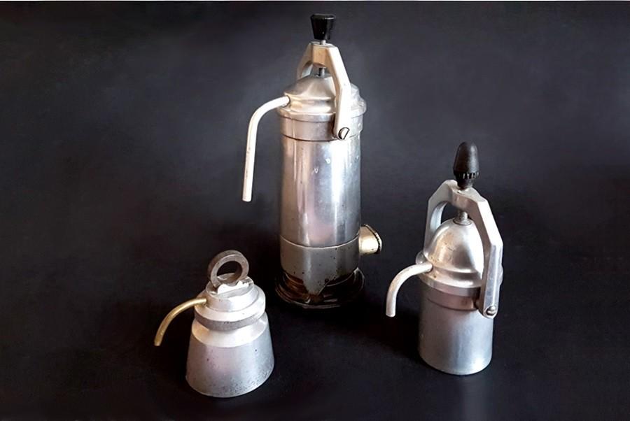 Retro kavefozok csurgo Retro kávéfőzők a spájzban lelhetők fel legkönnyebben, főleg ha van nyugdíjas korú vagy egy dédnagymama a családban. Összetereltem három spájz kávéfőzőit.