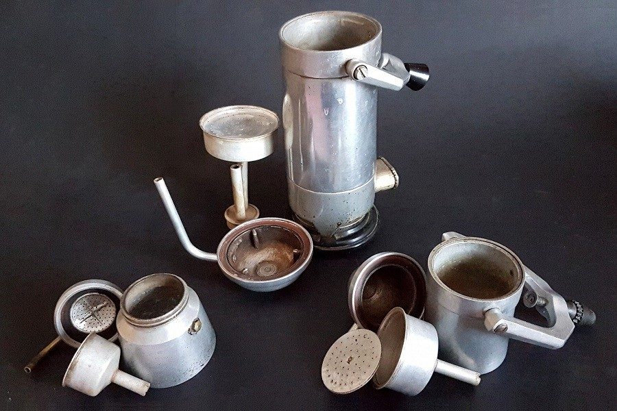 Retro kavefozok csurgok Retro kávéfőzők a spájzban lelhetők fel legkönnyebben, főleg ha van nyugdíjas korú vagy egy dédnagymama a családban. Összetereltem három spájz kávéfőzőit.