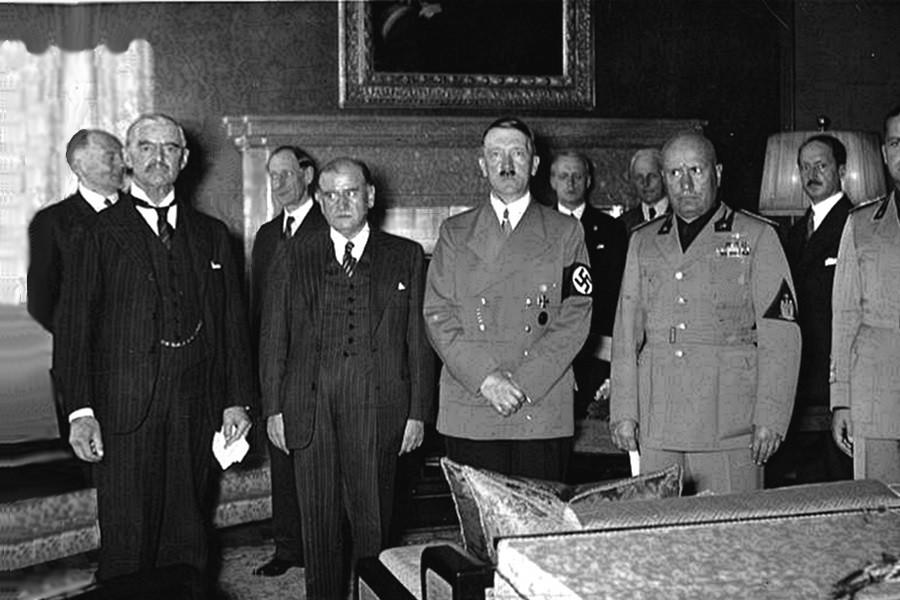 Munich Agreement Chamberlain Hitler Robert Harris MÜNCHEN című regényét 2017-ben fejezte be. A történelminek álcázott regény fiktív eseményekkel szövi át a tavaly éppen 80 éve történteket.