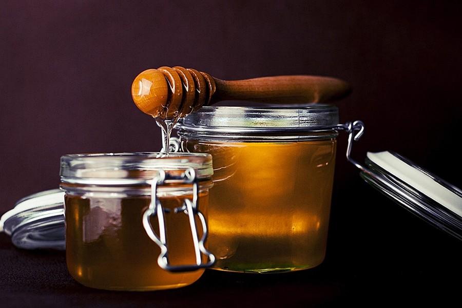 Kaveba mezet tenni Kávéba mézet tenni nem tiltja a törvény, szabad országban élünk, mindenki azt csinál, amit szabad. Mikor is kerül méz a kávéba?