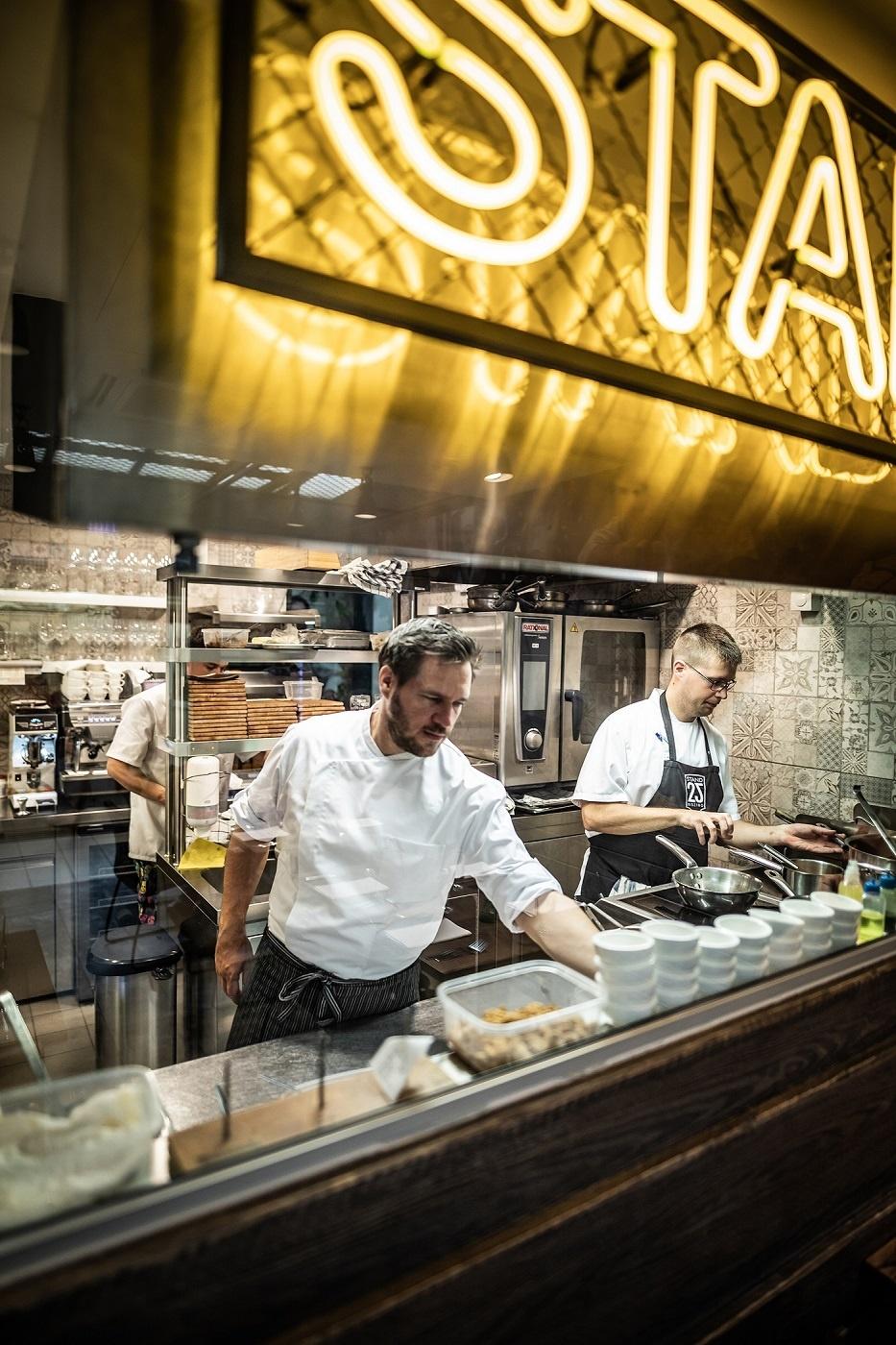 stand 25 piac bucsu Van szó azonban minőségi alapanyagokról, egy szerethető magyar konyháról, és laza, barátságos hangulatról. Merészségüket a Michelin Guide igazolta vissza, a Stand25 alig egy évvel a nyitás után megszerezte a Bib Gourmand minősítést.