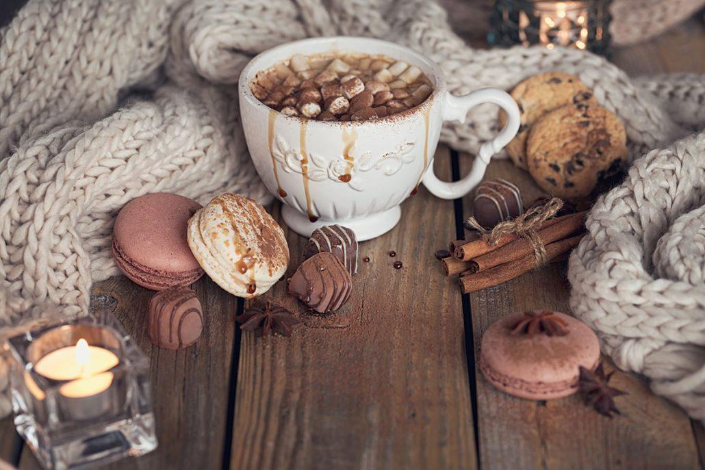 4. Gasztrotipp: Klasszikus forrócsoki tejszínhabbal és macaronnal