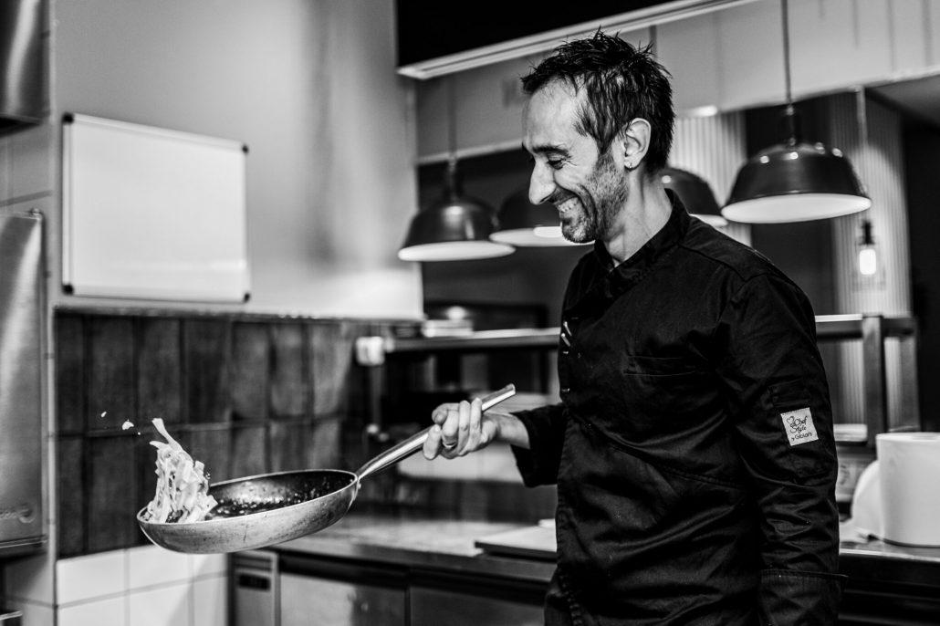 Fabrizio Caldarazzo munka kozben A torinói születésű Fabrizio Caldarazzoval, az Amalfi partról származó séffel bővült a közelmúltban a Na' Pasta Bar & Bistro csapata.