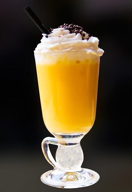 tojaslikor kehelyben A tojáslikőr nem tartozik a világ leggyakoribb alkoholos italai közé, de ennek ellenére nagyon jellegzetes kategóriát alkot.