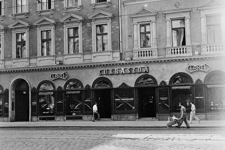 Erkel Hauer Cukraszda es Kavehaz 130 éves a Hauer Cukrászda és Kávéház, a XIX század fordulója óta patinás név a szakmában. Volt nem kis kihagyás a 2017-es újranyitás előtt.