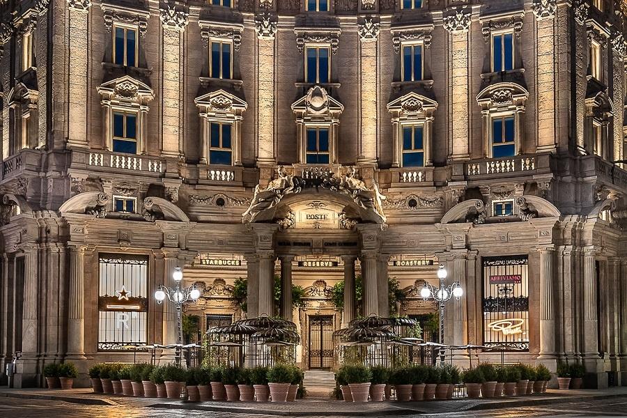 Milano Palazzo Della Poste A Starbucks nevében a siker garantált. A 'buck' elnevezés az amerikaiaknál azonos a dollárral és az USA-ban a dollár a sztár.