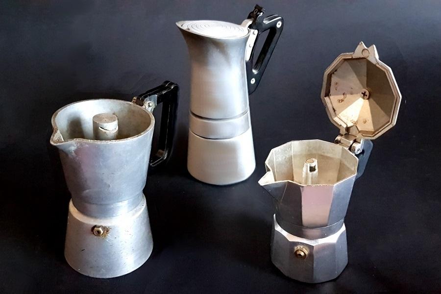 Retro kiontos kavefozok Mitől kotyog a kotyogó kávéfőző kérdéskörben kissé akadémikus az értekezés, mert ez a fajta kávéfőző egy letűnt kor találmánya és már régóta nem kotyog.