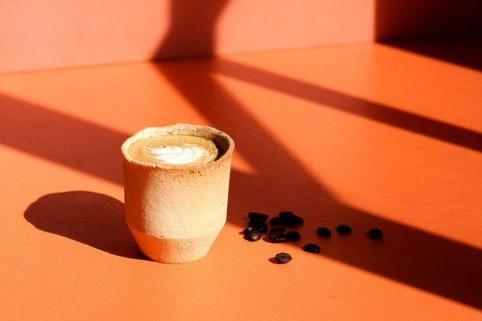 Kávéját kéretik csészével együtt elfogyasztani