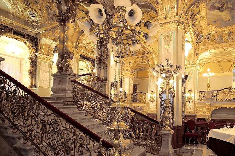 Anantara New York Palace kavehaz A New York Palace Hotel ez évtől francia érdekeltségként AnantaraHotel&Resort kézen üzemel. Végre felvirágzik a szállodának.