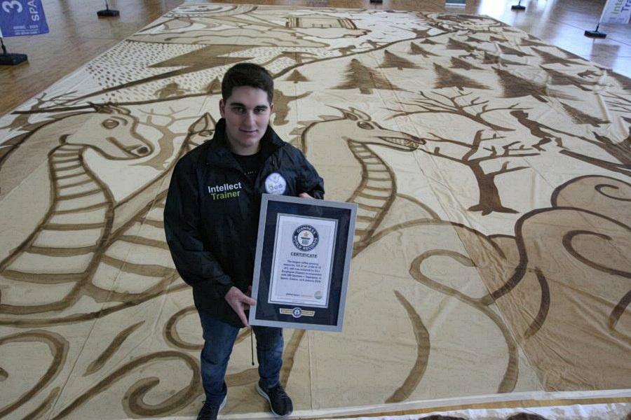 Alex Dzaghigian GUINNESS rekord 2020 a legnagyobb kávés festmény a világon – ezt a hitelesített eredményét ítélte oda a csúcsteljesítmények számon tartója.