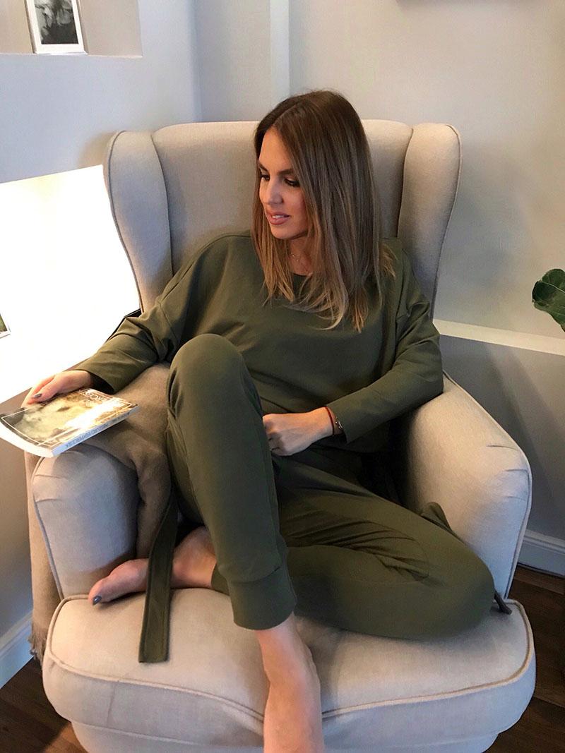 noi divat 3 Az egyik legmegosztóbb téma a női divat területén, hogy 30 éves kor felett mit viseljünk. Az interneten sok tanács kering erről a témáról.