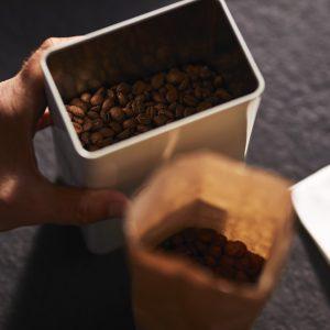 Tchibo kave 1 Reggeli kávénkat kortyolgatva csak ritkán gondolunk bele, mi is a kávé útja, mennyi munka szükséges hozzá, míg a csészénkbe kerül.