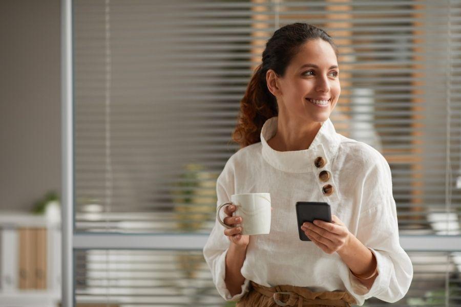 a munkahelyi kavezas Ha többen dolgozunk együtt, akkor bizony komoly közösségformáló erővel bír a reggeli munkahelyi kávézás, az együtt töltött néhány perc