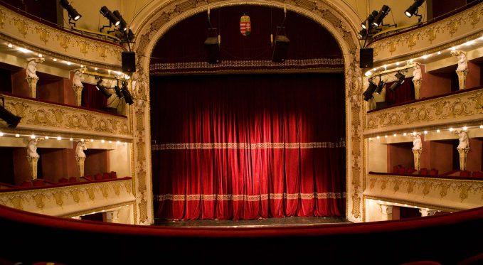 Színház az egész világ!