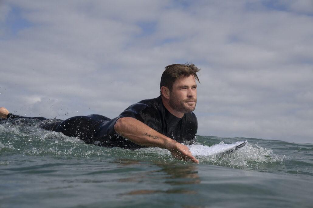 Chris Hemsworth szorfozik Mohónak és vérszomjasnak tartott cápáknak valóban van egy rejtett, szelíd arca is? Hogyan zajlik egy cápatámadás? Nézd meg a Cápafesztivált!