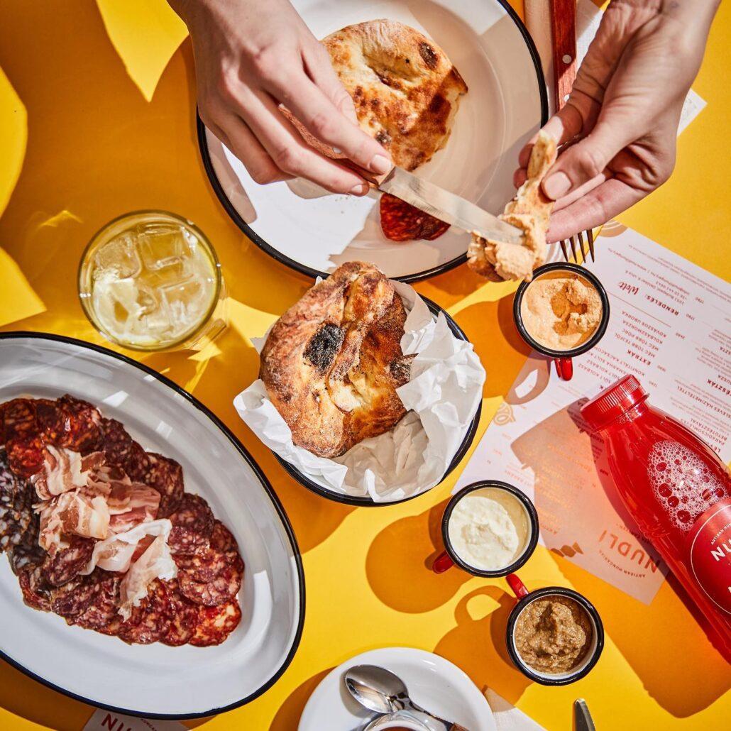 Nudli Tesztakantin Idén is megtaláljuk az ország legjobb alternatív vendéglátóhelyeit: a pizzától a gyroson és a barbeque-n át a fúziós fogásokig