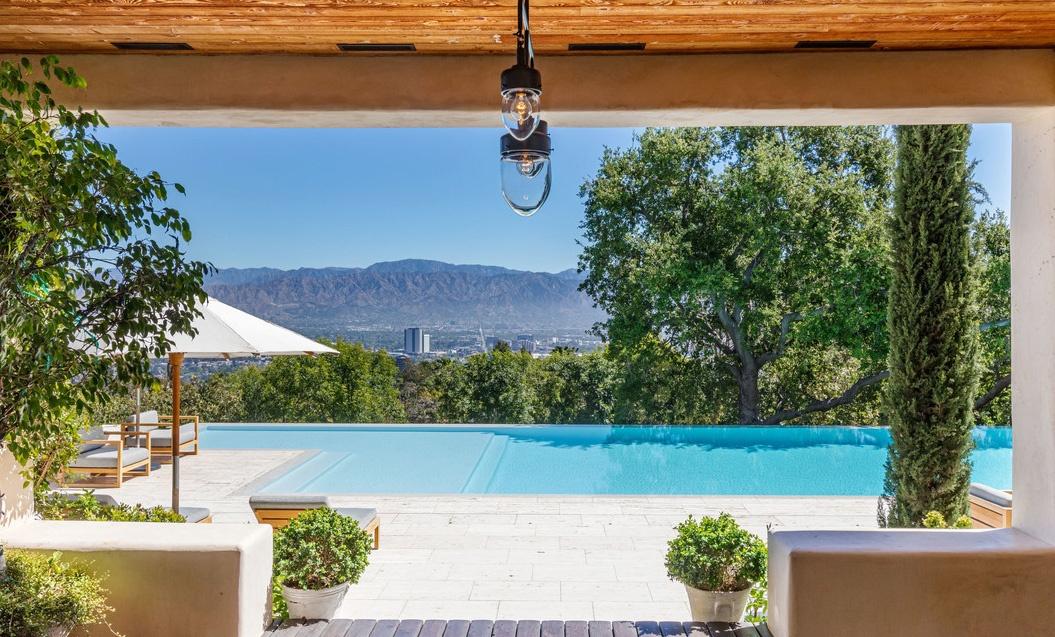 Justin Timberlake es Jessica Biel hazanak latkepe a medence fele a teraszrol Justin Timberlake és Jessica Biel (a popsztár és felesége, a színésznő) 35 millió dollárért árulja Hollywood Hills-i luxus birtokát.