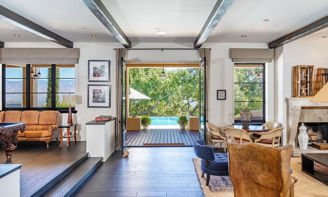 Justin Timberlake es Jessica Biel hazanak nappalija kilatassal a medencere Justin Timberlake és Jessica Biel (a popsztár és felesége, a színésznő) 35 millió dollárért árulja Hollywood Hills-i luxus birtokát.