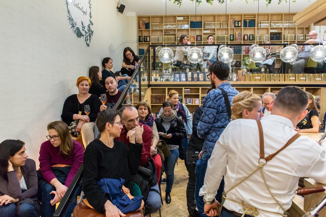 Kavehazak Ejszakaja eloadok A Kávéházak Éjszakája rendezvény ma és holnap (október 9-10) érhető el 30 kávéházában közel 70 ingyenes programmal fővárosunkban.