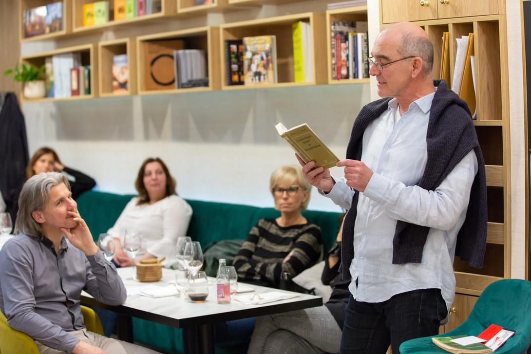 Kavehazak Ejszakaja felolvas A Kávéházak Éjszakája rendezvény ma és holnap (október 9-10) érhető el 30 kávéházában közel 70 ingyenes programmal fővárosunkban.